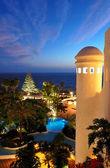 Sonnenuntergang und strand am luxushotel, teneriffa, spanien — Stockfoto