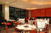 Modern restaurant interior in night illumination, Pattaya, Thail — Foto Stock