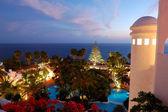 Gün batımı ve bina lüks otel, ada tenerife, İspanya — Stok fotoğraf