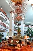 блеск в холле роскошного отеля, паттайя, таиланд — Стоковое фото