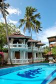 Schwimmbad in der nähe von villa im beliebten hotel, bentota, sri lank — Stockfoto