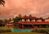 закат и ресторан в бассейн, бентота, шри-ланка — Стоковое фото