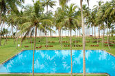 The swimming pool and beach of luxury hotel, Bentota, Sri Lanka — Stock Photo