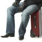 empresário sentado sobre uma mala — Foto Stock