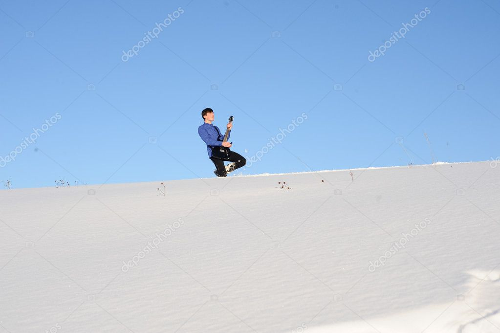 Photo of playing man on the electric guitar in the winter nature — Stock Photo #6898787