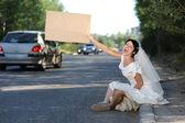 美丽的尖叫新娘与空白广告牌 — 图库照片