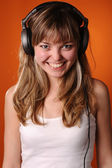Pretty young teenager listen to music — Stock Photo