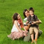 gelukkige familie buiten lopen — Stockfoto #7676206