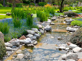 Giardino con laghetto in stile asiatico — Foto Stock