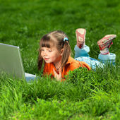 Portrait of a happy little girl in the park — Stock Photo