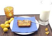 Selbstgemachter dattelkuchen mit datteln arrangiert — Foto de Stock