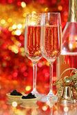 Champanhe em dois copos e caviar preto — Fotografia Stock