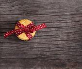 Cookies mit dunkel rot Polka Dots Schleife verziert — Stockfoto