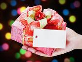 Hand håller en gåva — Stockfoto