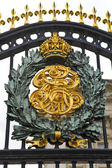Royal Crest at Buckingham Palace — Stock Photo
