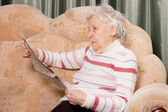 La anciana lee el periódico — Foto de Stock