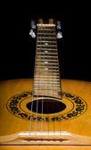 Акустическая гитара на черном фоне — Стоковое фото
