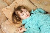 ソファで眠る少女 — ストック写真