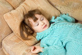 Dziewczynka śpi na kanapie — Zdjęcie stockowe