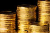 Gyllene mynt isolerad på svart bakgrund — Stockfoto
