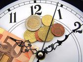 Orologi e monete di euro. — Foto Stock