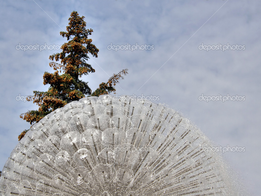 Beautiful tree on a background of a fountain. — Stock Photo #7837887