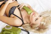 Мечтательная женщина с зеленый телефон — Стоковое фото