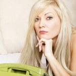 eftertänksam kvinna med grön telefon — Stockfoto