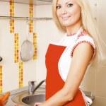 kvinna förbereda sallad — Stockfoto