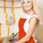 mujer preparando ensaladas — Foto de Stock