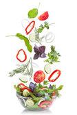 Fallande grönsaker för sallad isolerad på vit — Stockfoto