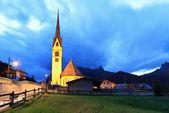 Alpské kostel na večer — Stock fotografie