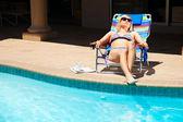 Die wooman auf der pool-bereich — Stockfoto