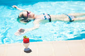 The woman in the pool — Stock Photo
