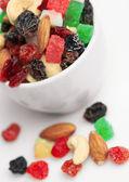 Mischen sie getrocknete früchte und nüsse im cup — Stockfoto