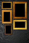 Goldrahmen auf schwarz vintage tapete-hintergrund — Stockfoto
