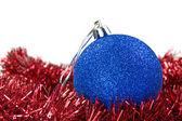 Kırmızı çelenk üzerinde mavi biblo — Stok fotoğraf