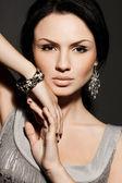 Elegant fashionabla kvinna med smycken — Stockfoto
