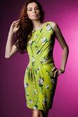 Schöne modische Frau in grüner Kleidung — Stockfoto