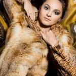 belle femme dans un manteau de fourrure — Photo #7865070