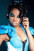 Mulâtre fille dj écoute la musique avec des écouteurs — Photo