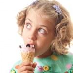 Child eats ice — Stock Photo