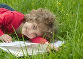 Krásná holčička čte knihu — Stock fotografie
