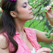 Beautiful young woman relaxing in spring park — Stock Photo