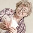 anziana donna felice con un pacco di soldi — Foto Stock