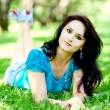 Foto Stock: Portrait of beautiful young womrelaxing in summer park
