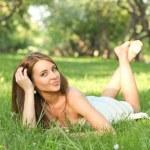 porträtt av vacker ung kvinna avkopplande i vår park — Stockfoto