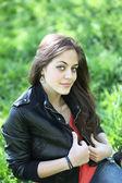 Krásná mladá dívka relaxační na trávníku — Stock fotografie