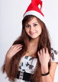 Vacker ung flicka med röd jul hatt — Stockfoto