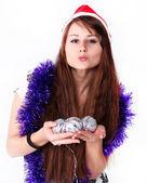 Nádherná mladá dívka s vánoční koule — Stock fotografie